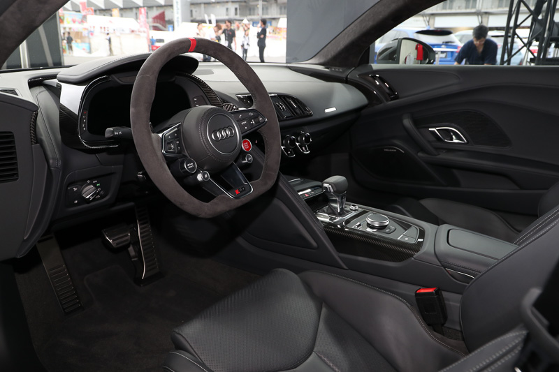 Audi Sport performance partsとしては、ステアリングホイールも用意される。ステアリングホイール上部に赤い基準点が設けられ、正確なステアリング操作をサポートする。これは人気になりそうなパーツ