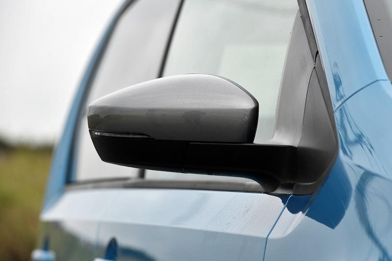エクステリアでは専用のフロント&リアバンパー、ホイールハウスエクステンション、ブラックサイドモールディング、シルバードアミラー、シルバールーフレールを装備するとともに、16インチアルミホイール(185/50 R16)やダークティンテッドガラス(リア/リア左右、UVカット機能付)を採用