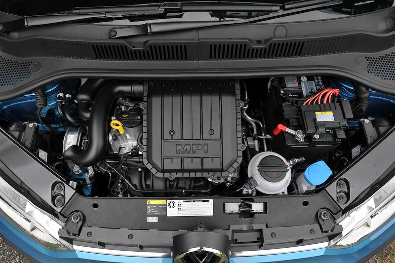 直列3気筒DOHC 1.0リッターエンジンは最高出力55kW(75PS)/6200rpm、最大トルク95Nm(9.7kgm)/3000-4300rpmを発生。JC08モード燃費は21.0km/L