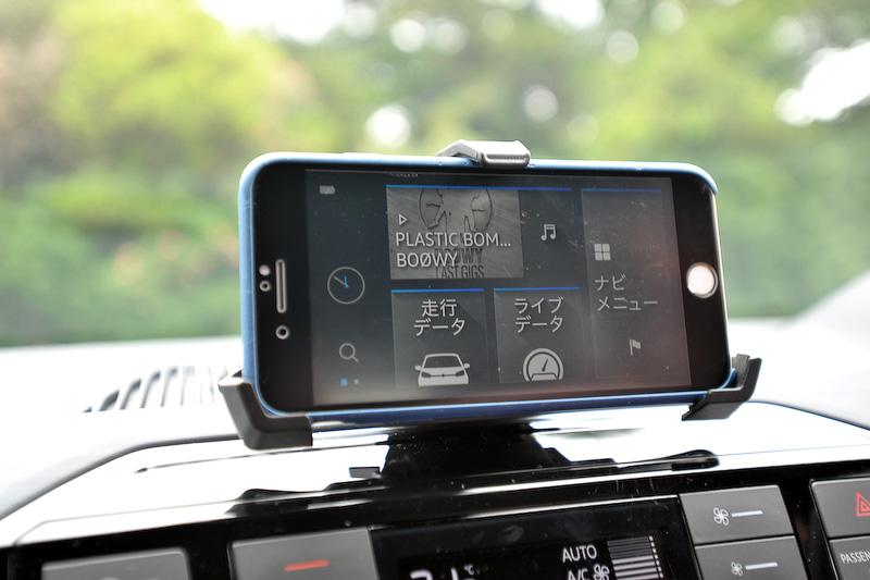 インテリアでは専用ファブリックシートを採用するほか、フルオートエアコンやシートヒーターといった上級装備も標準装備。加えてプレミアムサウンドシステム「beats sound system」(総出力300W、8チャンネル7スピーカー)や、純正インフォテイメントシステム「Composition Phone」(5インチカラーディスプレイ、MP3/WMA再生、AM/FMラジオ、SDカード、Bluetoothオーディオ/ハンズフリーフォン)が与えられる