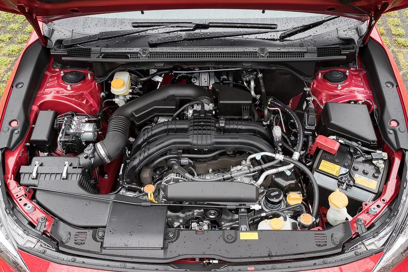 最高出力85kW(115PS)/6200rpm、最大トルク148Nm(15.1kgm)/3600rpmを発生する水平対向4気筒DOHC 1.6リッターエンジン(左)と、最高出力113kW(154PS)/6000rpm、最大トルク196Nm(20.0kgm)/4000rpmを発生する水平対向4気筒DOHC 2.0リッターエンジン(右)。どちらもトランスミッションにCVT(リニアトロニック)を組み合わせる。駆動方式は全車4WDのみ