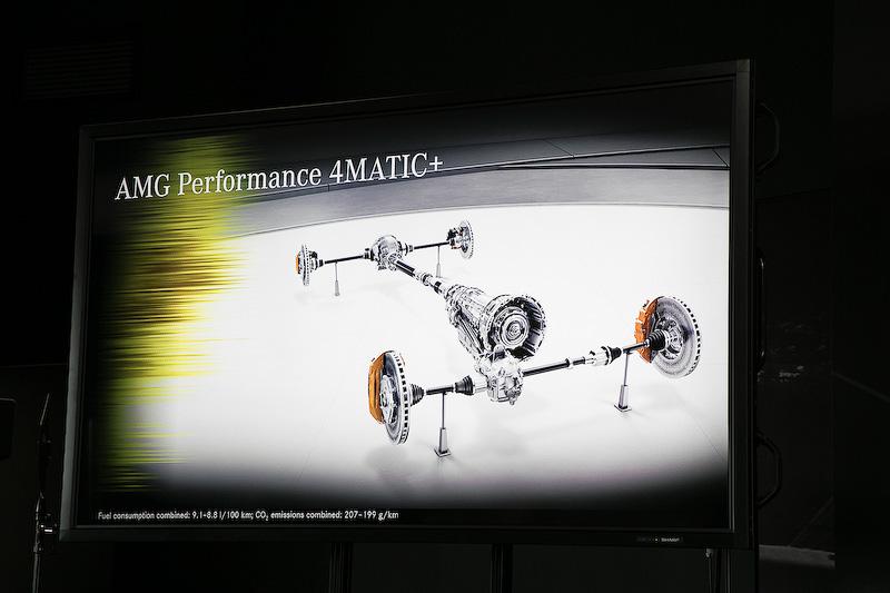 駆動系には前後トルク配分が50:50から0:100の範囲で可変トルク配分を行なえるAMG 4MATIC+を採用。サスペンションはAMGが開発したAMG RIDE CONTROLスポーツサスペンションを装備。コーナリングやブレーキ時は硬いスプリングレートに瞬時に切り替えることで、安定性と俊敏なハンドリングを実現する