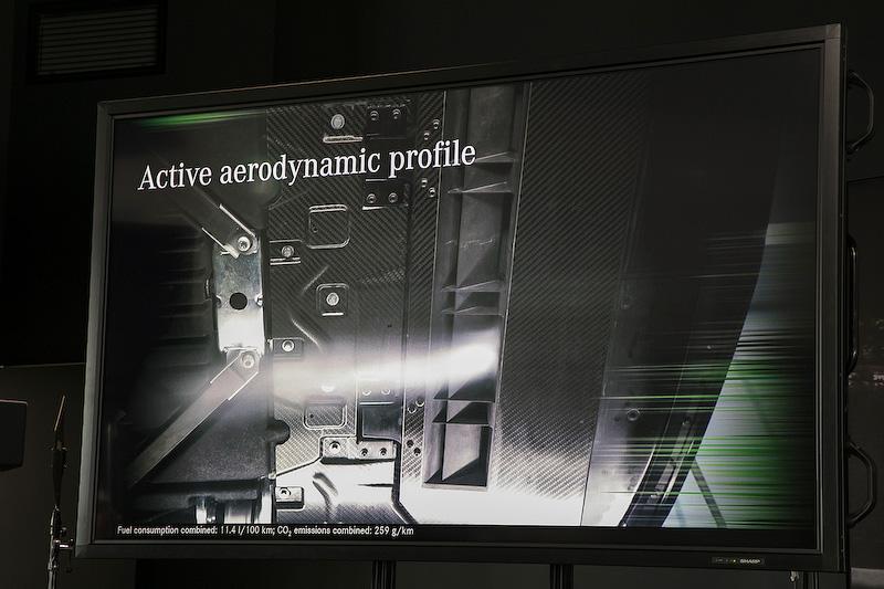AMG GT Rに採用される新開発アクティブ・エアロダイナミクス・システム。エンジン下のアンダーボディにセットされるウイングがあり、レースモード時に速度が80km/hになると自動的に約40mm下降して、下面を流れる空気の気流を大きく変化させるものだ。これによって生み出されるベンチュリー効果によって、フロントアクスル揚力を250km/h時に約40kg低減できる