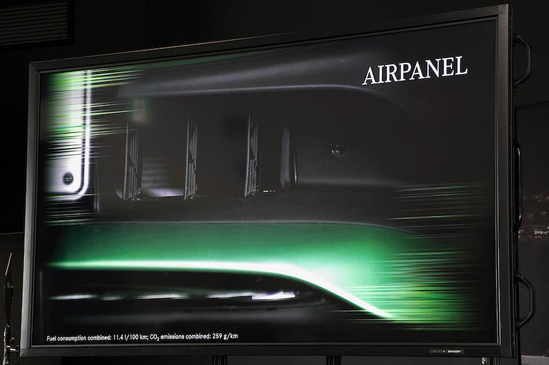 フロントにはもう1つの空力技術が組み込まれていて、それが「エアパネル」だ。約1秒で開閉可能でトップスピード時、高速コーナリング時はルーバーを閉じて空気抵抗を軽減するが、エンジンルームの温度が上がってくるとルーバーが開いて冷却を重視したフロントの空力デザインに変化する