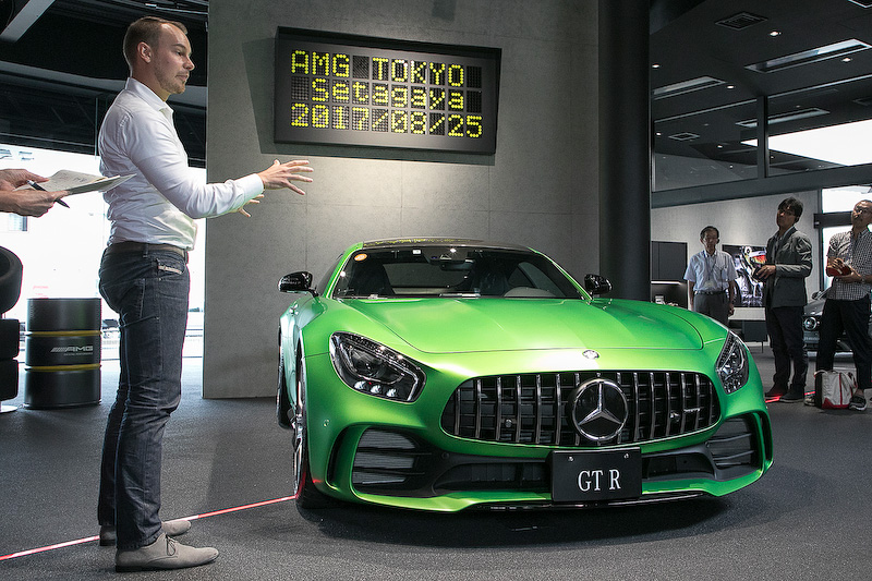 プレゼンテーションのあとは、6月に発売されたメルセデスAMG GT Rを用いながらウィーブキング氏の解説が行なわれた
