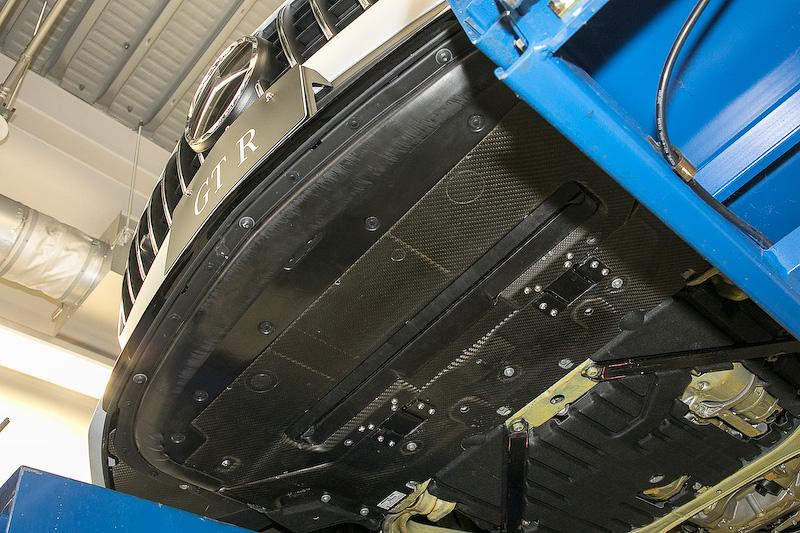カーボン製の部分が新開発のアクティブ・エアロダイナミクス・システム。ここが下降することで下面にベンチュリー効果が発生して、フロントアクスル揚力を250km/h時に約40kg低減する