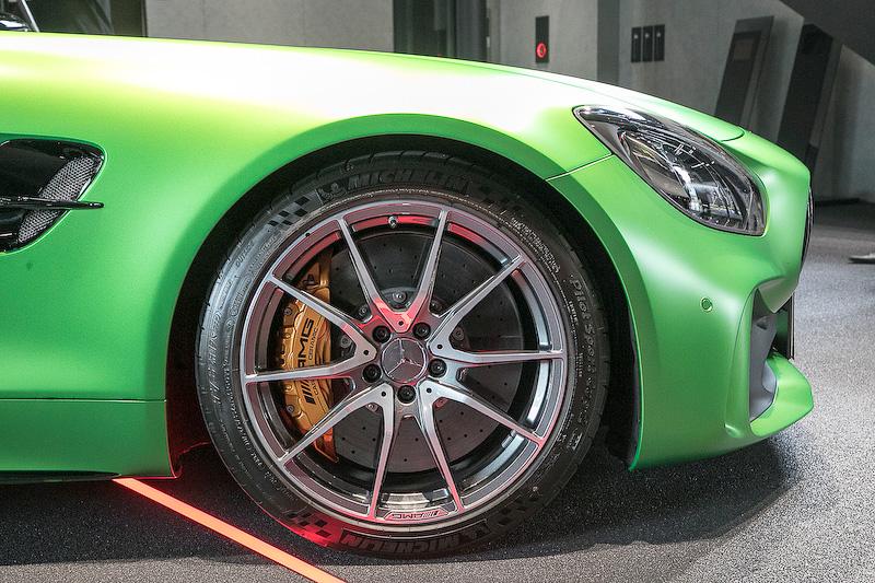 タイヤサイズはフロントが275/35 ZR19、リアが325/30 ZR20
