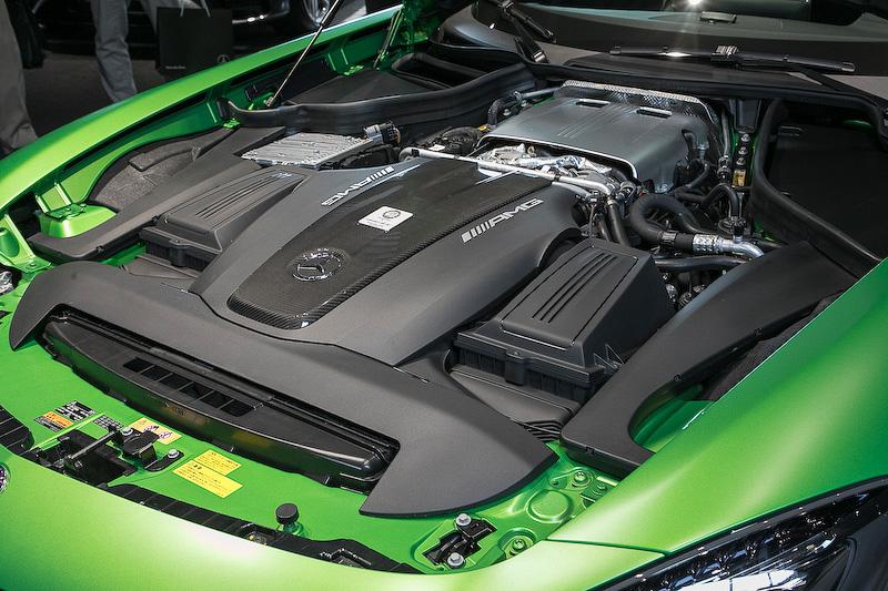4.0リッターV8直噴ツインターボエンジンを搭載。最高出力は430kW(585PS)、最大トルクは700Nm。オイル潤滑方式はドライサンプ。ツインターボがバンクの内側にセットされる「ホットインサイドV」レイアウト