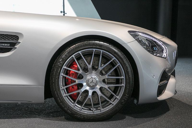 タイヤサイズはフロントが265/35 ZR19、リアが305/30 R20