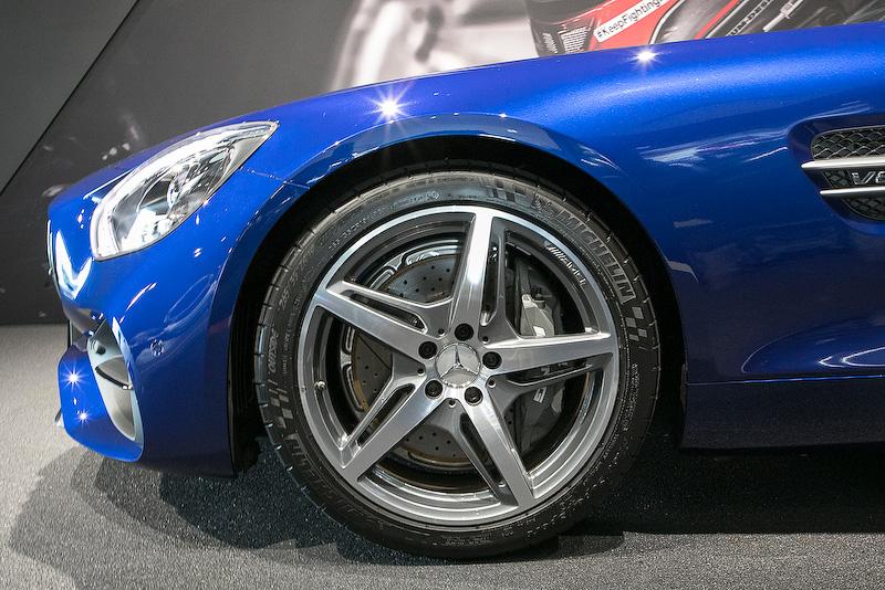 タイヤサイズはフロントが255/35 ZR19、リアが295/30 ZR20