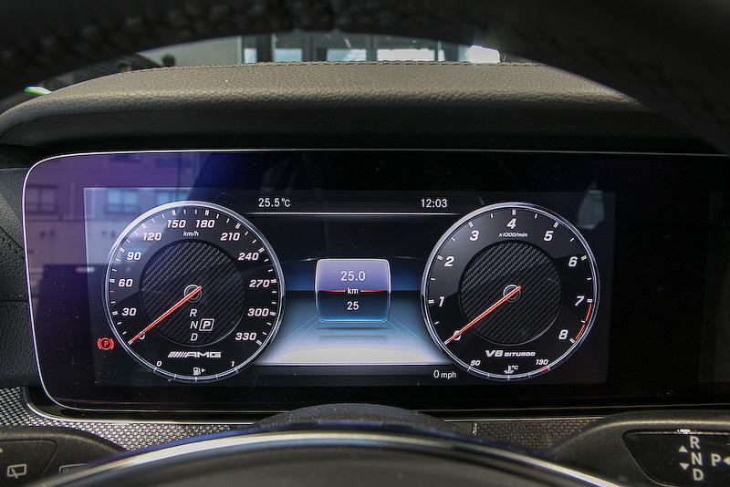 メルセデスAMG E 63 4MATIC+ ステーションワゴンのインテリア。Sモデルになるとナッパレザーを張ったダッシュボードとベルトライン、フロントヘッドレストのAMGエンブレム、クリスタルグレーのシートパイピング、クリスタルグレーのシートベルトなどが追加される