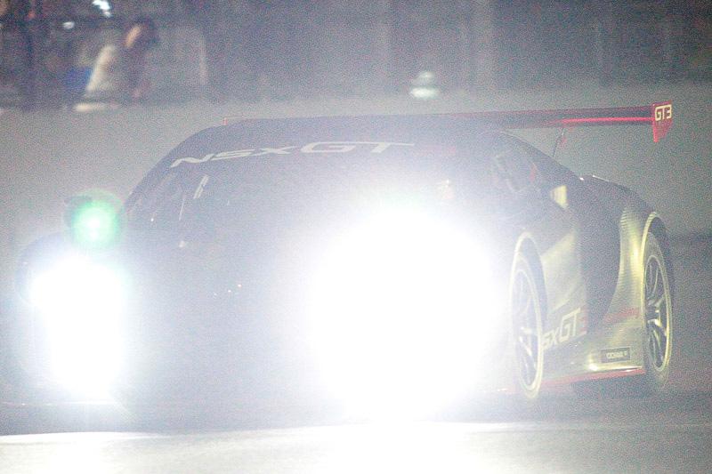 千代勝正選手がドライブするGT-R NISMO GT3とともに、ジェンソン・バトン選手がNSX GT3の国内初走行を披露