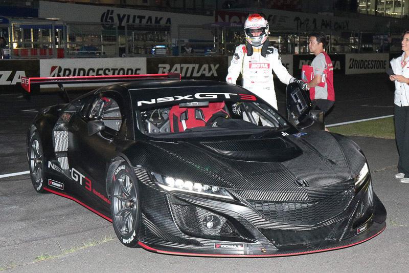 ジェンソン・バトン選手が本田技研工業のレース専用車両「NSX GT3」の国内初走行を披露