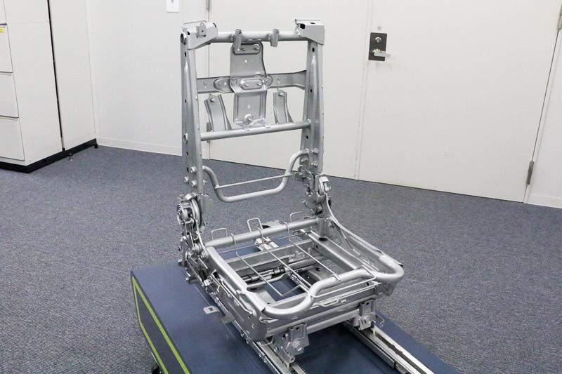 日産自動車の「2017年グローバル・イノベーション賞」を受賞したアディエントの技術が搭載されている「セレナ」の2列目運転席側のシートの骨格