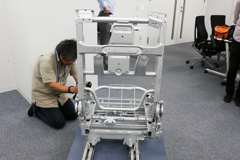 ハイテン材を採用した2列目運転席側シートの骨格。肩のあたりに位置するところにシートベルトを内蔵するホルダーが装着されている