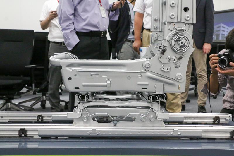 シートの骨格だけでなく、レールや座面などにもハイテン材を使用