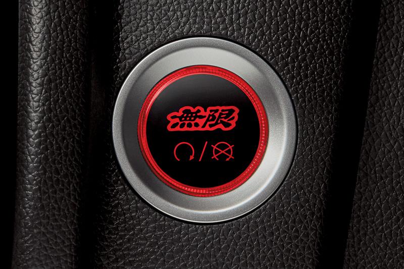 ユニット交換タイプの「エンジンスタート/ストップスイッチ」(1万9440円)。ガソリン車用で、写真左がOFF、写真右がONの状態。2018年3月下旬発売予定