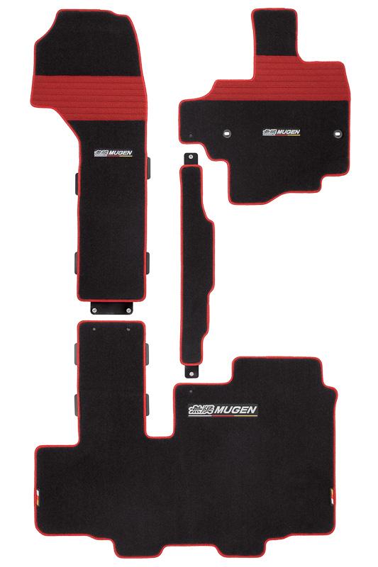 運転席用マットにヒールパッドを採用した「スポーツマット」(2万4840円)。写真左がベンチシート用で、写真右が助手席スーパースライドシート用。それぞれ「ブラック×レッド」「ブラック」のカラーを用意