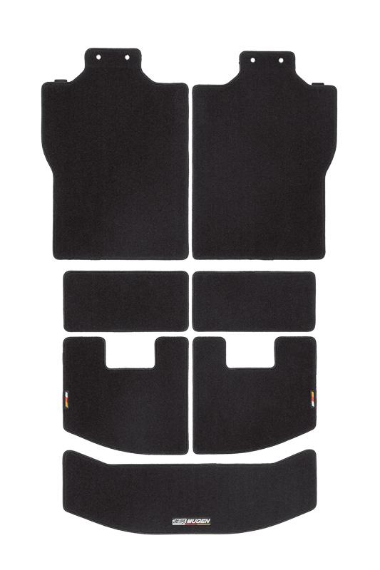 ラゲッジルームフロアの汚れを防止する「スポーツラゲッジマット」(2万3760円)。スポーツマットと同素材を採用し、カラーは「ブラック×レッド」「ブラック」を用意