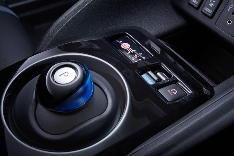 センターコンソールのシフトセレクター前方に「e-Pedal」のスイッチと「プロパイロット パーキングスイッチ」をレイアウト。プロパイロット パーキングスイッチを押し続けることで、駐車の操作が電動パーキングブレーキの作動まで完了する