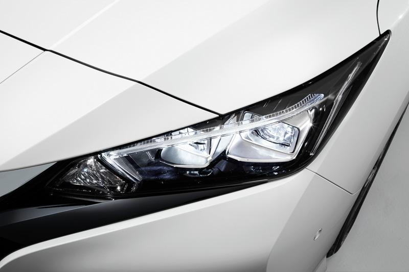 ダイレクト照射タイプのLEDヘッドライトを採用