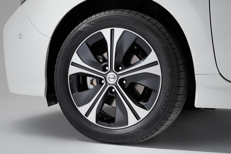 タイヤサイズは205/55 R16、または215/50 R17を設定