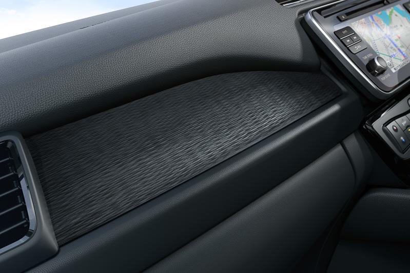 緻密な造型で上質感を表現する助手席前方の加飾パネル