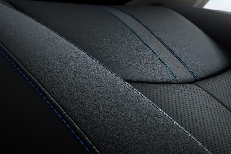 内装色はブラックとエアリーグレーの2色。シートやドアトリムなどにブルーステッチが施される
