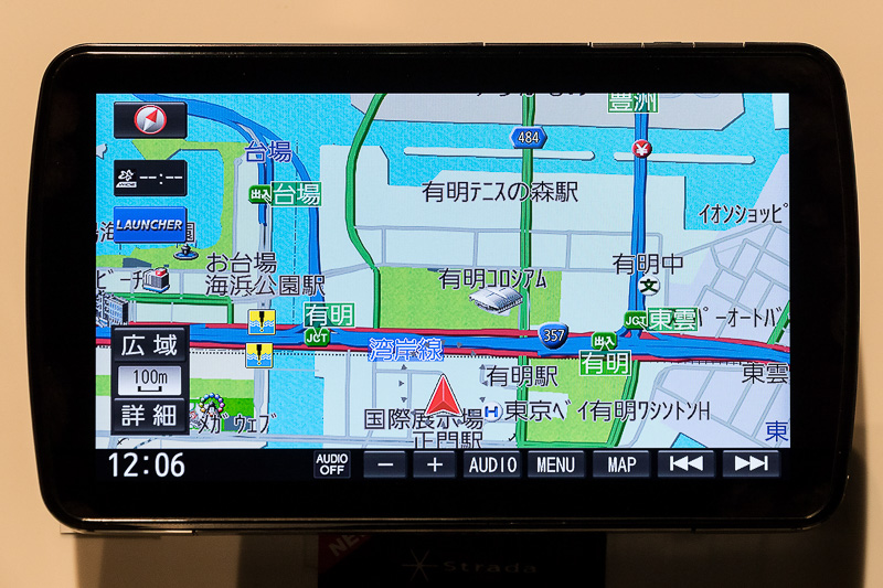CN-F1XD地図画面。液晶上面のハードキーが分かりづらいという声に応えて最下部にもメニューバーを用意