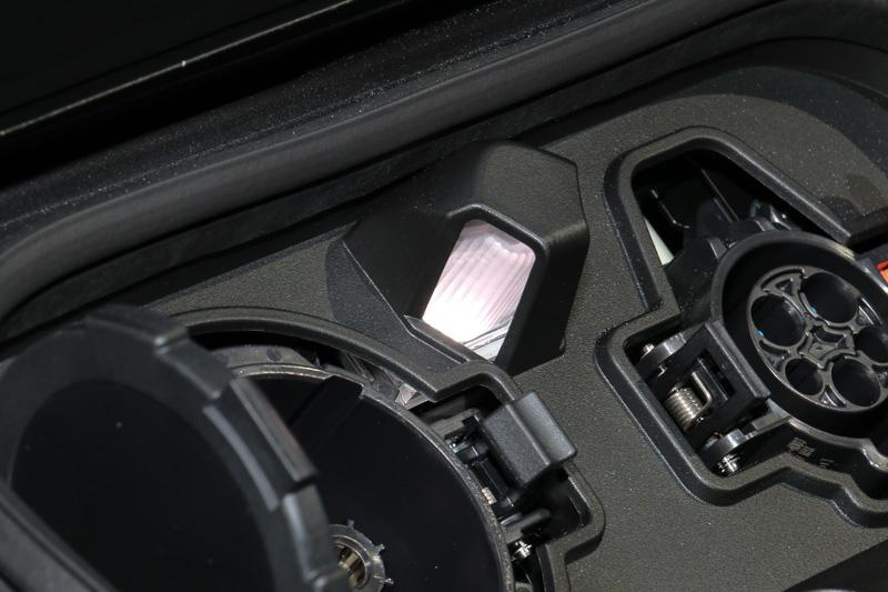 充電ポート内部。向かって左側(運転席側)にチャデモ形式の急速充電ポート、同右側(助手席側)に3kW、または6kW(オプション)に対応する普通充電ポートをレイアウト、中央に、夜間の充電作業をサポートするLEDの充電ポートライトを設定