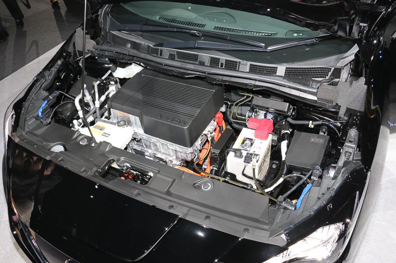 ボンネットフードの下に「e-パワートレーン」のモーターとインバーターを搭載。インバーターの高出力化を受け、「EM57」型モーターは最高出力110kW(150PS)/3283-9795rpm、最大トルク320Nm(32.6kgm)/0-3283rpmに出力向上