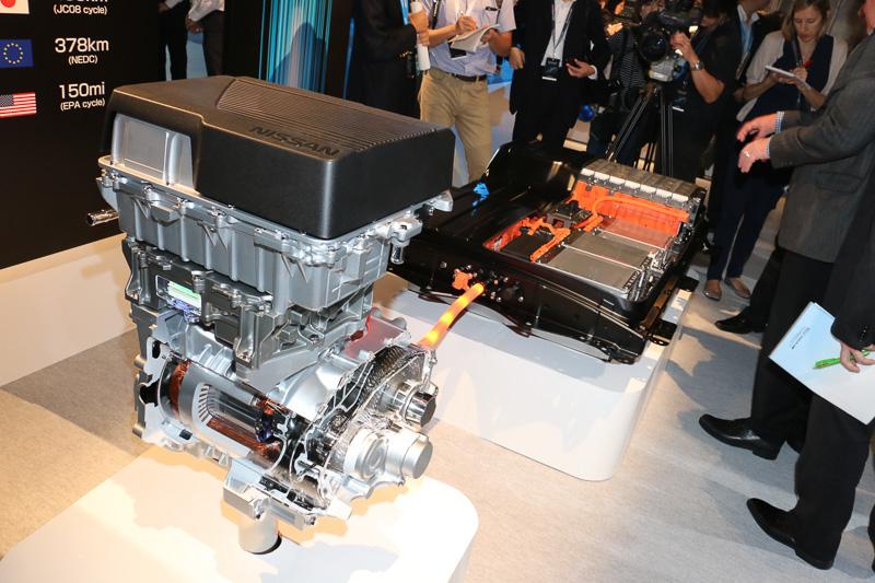 展示会場に用意されたe-パワートレーンのカットモデル。リチウムイオンバッテリーは従来型の24kWh、または30kWhから、40kWhに容量が向上。JC08モードの航続距離は400kmとなっている
