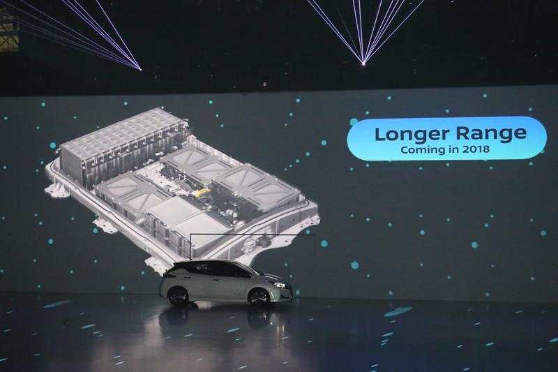 プロジェクションマッピングなどを使ってプロパイロット パーキングなどの新しい機能が説明されたほか、バッテリーなどを強化した「ハイパフォーマンスモデル」が2018年に追加されることも予告された