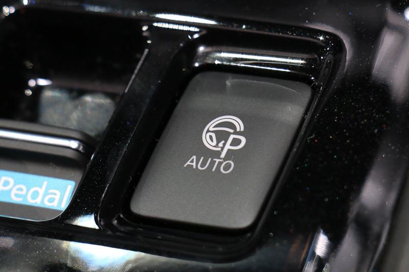 プロパイロット パーキングスイッチ。このスイッチを押し続けることで駐車操作がクルマによって続けられる