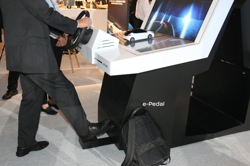 展示会場に用意されたe-Pedalの機能を体感できるデモ機。前方の画面に表示されるワインディングロードをアクセルペダルだけの加減速でクリアしていくミニゲームでe-Pedalの世界観が体験できる。アクセルペダルから足を離して強い減速を発生させると、ミニカーのリーフのブレーキランプが点灯。このイベントに向けて開発されたもので、今後どこかで使う予定などは特にないとのことだった