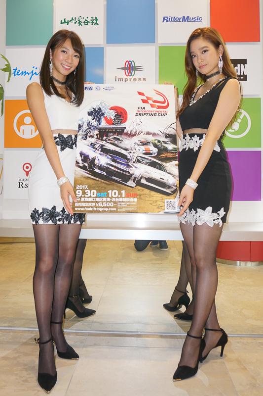 FIA公認ドリフト世界大会「FIAインターコンチネンタルドリフティングカップ(FIA Intercontinental Drifting Cup)」のイメージガール、鈴菜さん(左)、太田麻美さん(右)