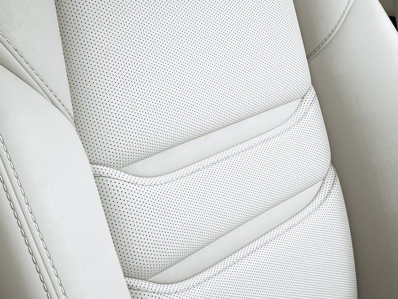 「XD L Package」の「ピュアホワイト」内装