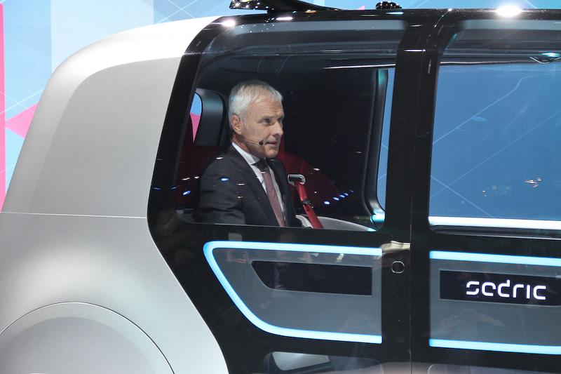 コンセプトカー「Sedric(Self driving car)」に乗って登壇するマティアス・ミュラーCEO