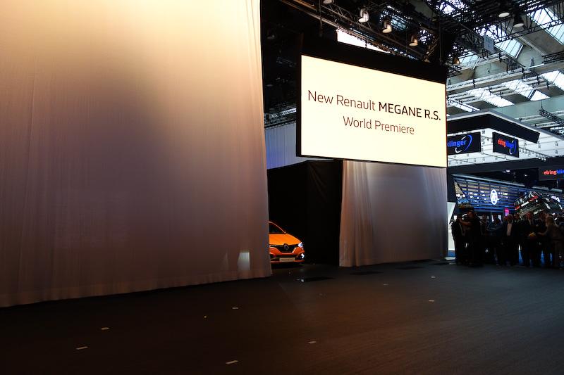 新型メガーヌR.S.をドライブして登場したニコ・ヒュルケンベルグ選手。開発ドライバーを務めたことから車両のアピールを行なった