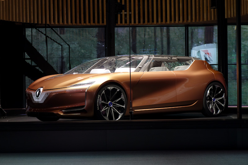SYMBIOZは2030年までの実現を目指した自動運転機能を有するEVコンセプトカー。デザイン責任者であるローレンス・ヴァン・デン・アッカー氏がプレゼンテーションを担当