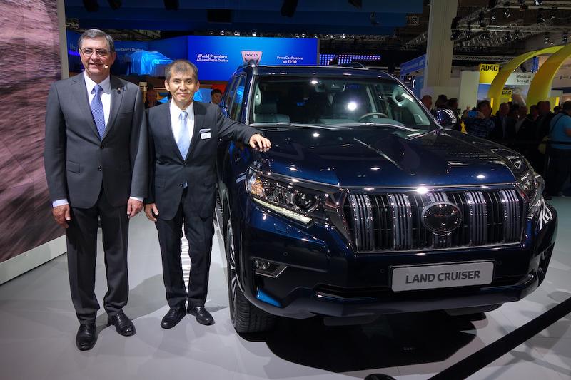 新型ランドクルーザーとの記念撮影に応えるトヨタモーターヨーロッパの社長兼CEO ヨハン・ファン・ゼイル氏(左)、ランドクルーザーシリーズの開発責任者である小鑓貞嘉氏(右)
