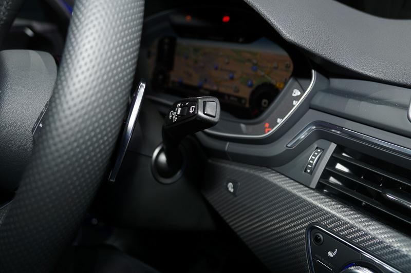 インテリアはブラックでまとめられ、スポーツシート、フラットボトムの革巻きマルチファンクションスポーツステアリング、シフトゲート、ドアシルトリムにはRSのエンブレムが装着される。また、アウディバーチャルコクピットやヘッドアップディスプレイも専用のデザイン&機能が採用され、ディスプレイにGフォース、タイヤ空気圧、トルク値などを表示させることができる