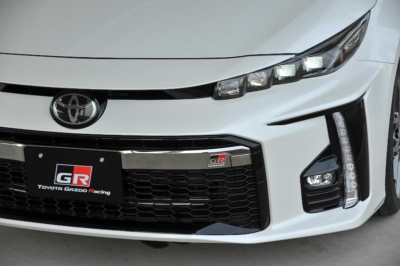 プリウス PHV GR SPORTは、エクステリアでは水平/垂直の「Functional MATRIX」グリルや専用バッヂなどを装着するほか、ホワイト塗装+GRロゴ入りのブレーキキャリパー、専用チューニングサスペンションの装着、ブレースの追加が行なわれている