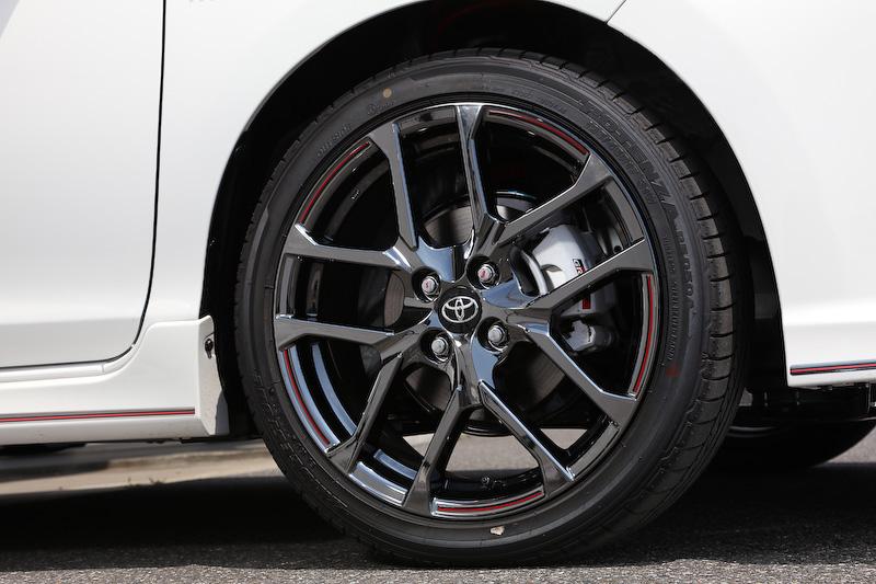 アクア GR SPORT(プロトタイプ)は、専用の外装やチューニングサスペンションを装着し、ボディサイズは4070×1695×1455mm(全長×全幅×全高。17インチタイヤ装着車の全高は1440mm)となる。17インチ装着車のインテリアでは、タコメーターやアルミペダルなどが追加される