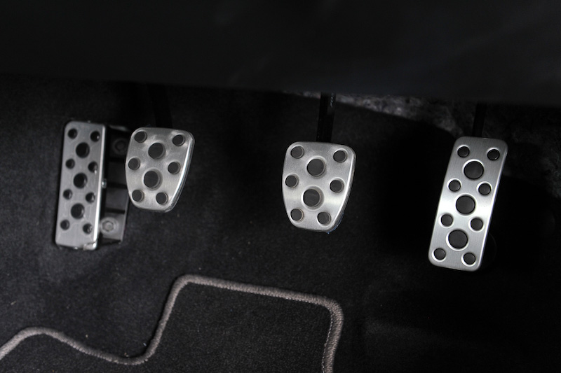 インテリアではレカロ製フロントシート(サイドエアバッグ付)などが装着される