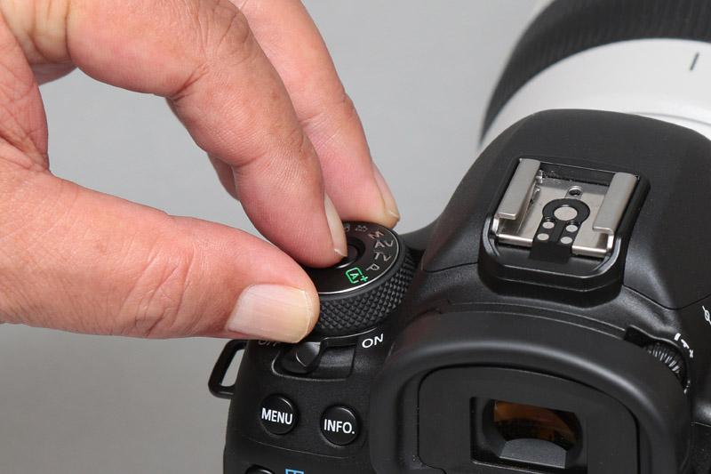 モードダイヤルはダイヤル中央の「モードダイヤルロック解除ボタン」を押しながら回す
