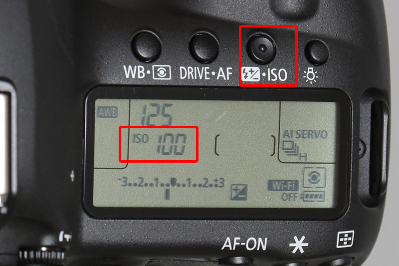 ISOと書かれた「ISO感度設定/ストロボ補正ボタン」を押して電子ダイヤルを回しISO100に設定する