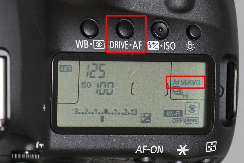 AFの設定は「DRIVE・AF」と書かれたボタンを押し、電子ダイヤルを回し「AI SERVO」に設定しよう