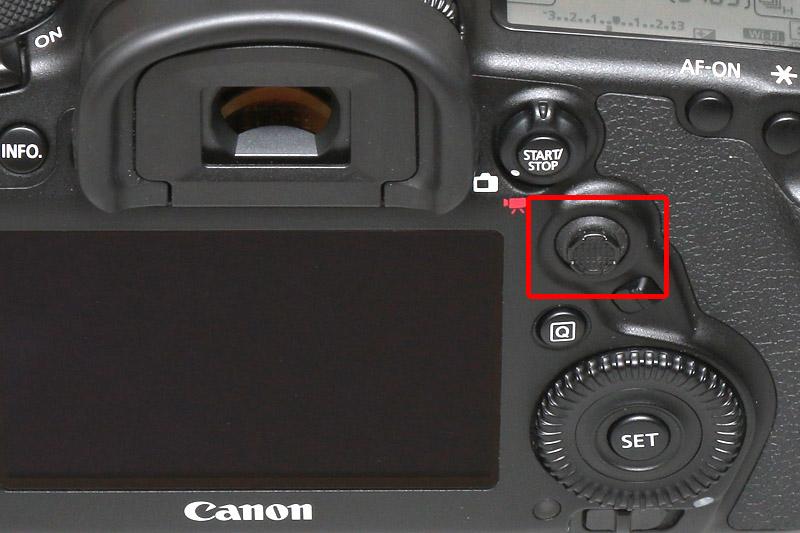 液晶モニターの右上にある「マルチコントローラー」でAFポイントを移動させる