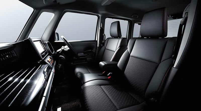 黒を基調としたインテリアは、ブラックメタリックのパネルや光沢のあるシルバー加飾、合皮を用いたシート表皮などを採用